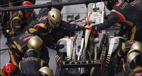 Lotus mechanics at work (Photo: Lotus F1 Team/Facebook)