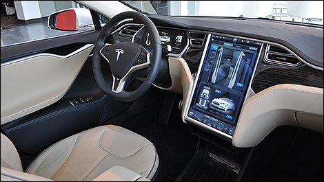 Essais routiers par des experts de l 39 industrie auto123 for Interieur tesla model s