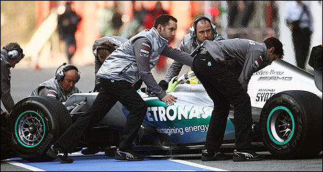 Mercedes mechanics at work (Photo: Mercedes AMG)