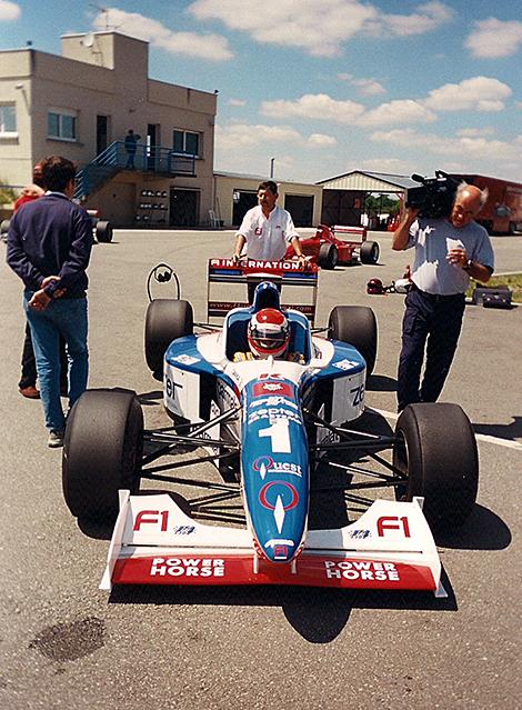 F1: Driving Damon Hill's Arrows A18 Formula 1 car   Auto123 com