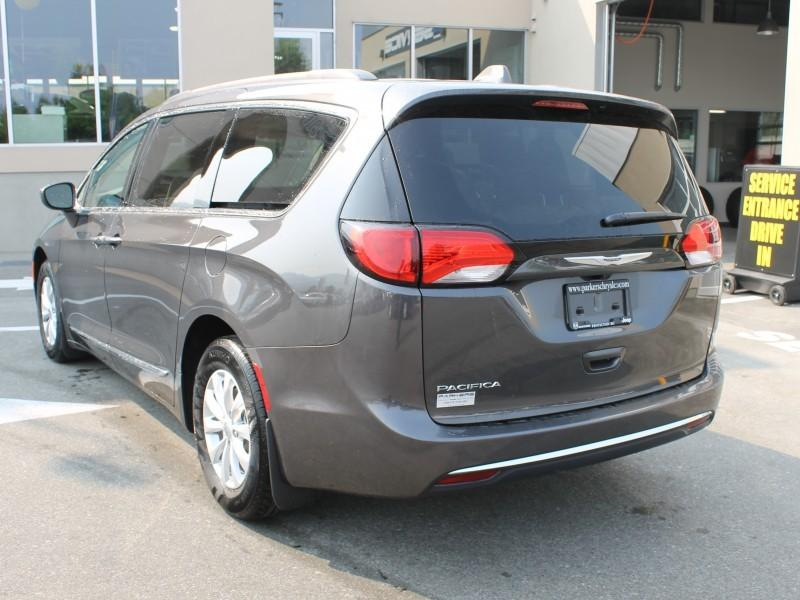Chrysler Pacifica 3